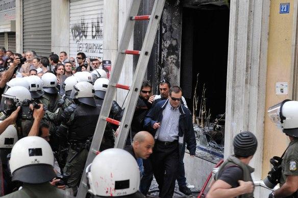 ΝΙΚΟΛΟΠΟΥΛΟΣ ΑΝΤΩΝΗΣ/EUROKINISSI «Ο Α. Βγενόπουλος επισκέπτεται το υποκατάστημα της Marfin, μετά τον εμπρησμό του που άφησε τρεις νεκρούς, στις 5 Μαΐου 2010»